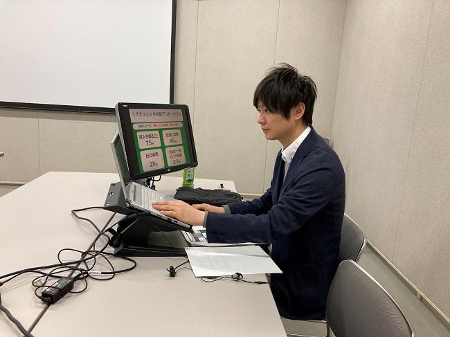 パソコンのカメラを通じて生徒に語り掛ける黒崎さん.png
