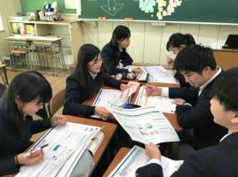 8_めざす社会について生徒同士で議論し発表する様子1.jpg
